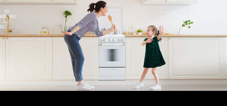 majka i cerka se zabavljaju u kuhinji